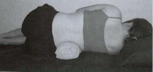 kobieta wykonuje ćwiczenia na rwę kulszową