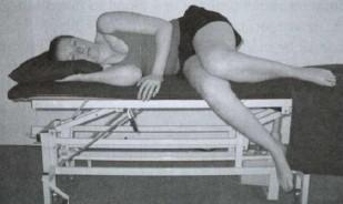 pacjenta wykonuje ćwiczenia uśmierzające ból związany z rwą kulszową