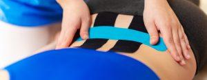 kinesiotaping wspierający mięśnie dna miednicy